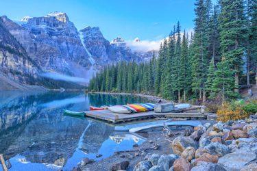 【いつか見たい世界の初夏絶景】雪解け後の澄んだ氷河湖「カナダ・モレーン湖」