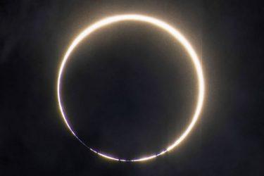 太陽が隠れ金のリング出現 インド、中国などで金環日食