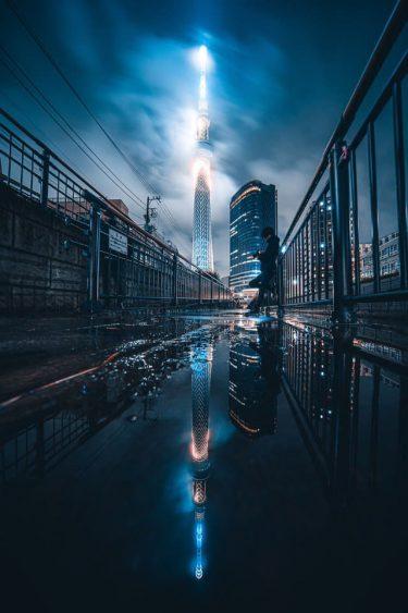 梅雨時のスカイツリーが最高にかっこいい!…雲にかすみ幻想的に光る「SF映画」のような写真が話題
