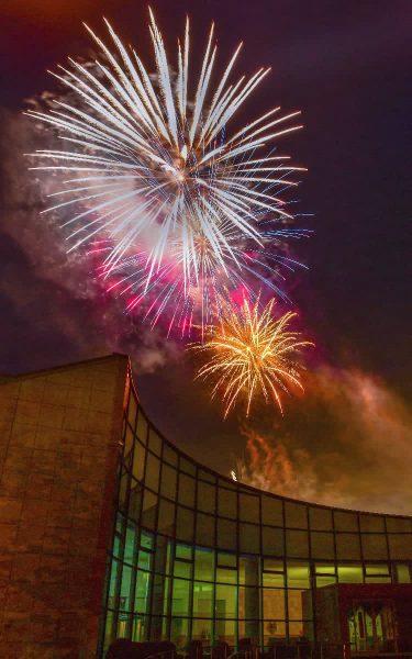 「希望の光」夜空に 南部町がサプライズ花火打ち上げ