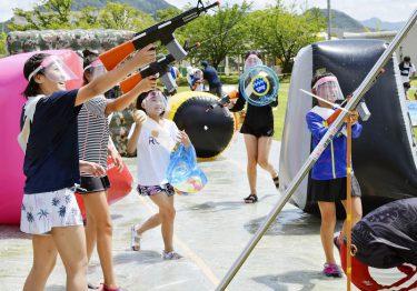 夏の思い出、水鉄砲合戦でびしょぬれ 消防車も一斉放水、子どもたち歓声