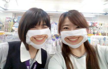 笑顔の口元をマスクに印刷!?衝撃の「スマイルマスク」…スタッフ全員着用のお店にネットざわつく