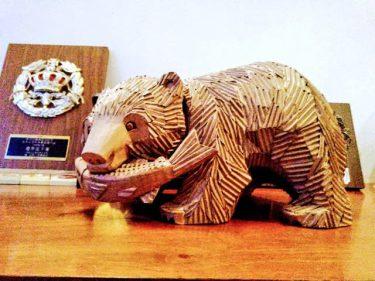 """「木彫りにしか見えない」ダンボール製の""""木彫りの熊""""が話題に 製作のきっかけはキングジョー"""
