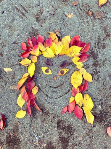 よもや、よもやだ!!7歳の女の子が落ち葉で作った鬼滅の刃「煉獄さん」が「まさにセンスの塊」!