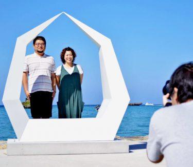 青い海に映える白いオブジェで記念撮影を 沖縄のリゾートウェディング