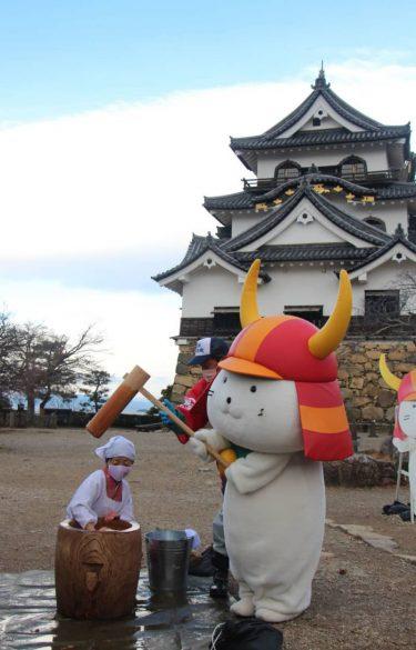 ひこにゃん餅つき「頑張るにゃん」 彦根城の鏡餅作り
