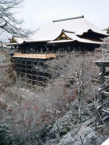 清水寺、この冬初の雪化粧