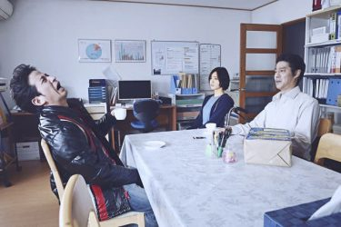 『ザ・ファブル』岡田准一のリアクションに平手友梨奈も思わず笑み 猫舌シーンメイキング映像解禁