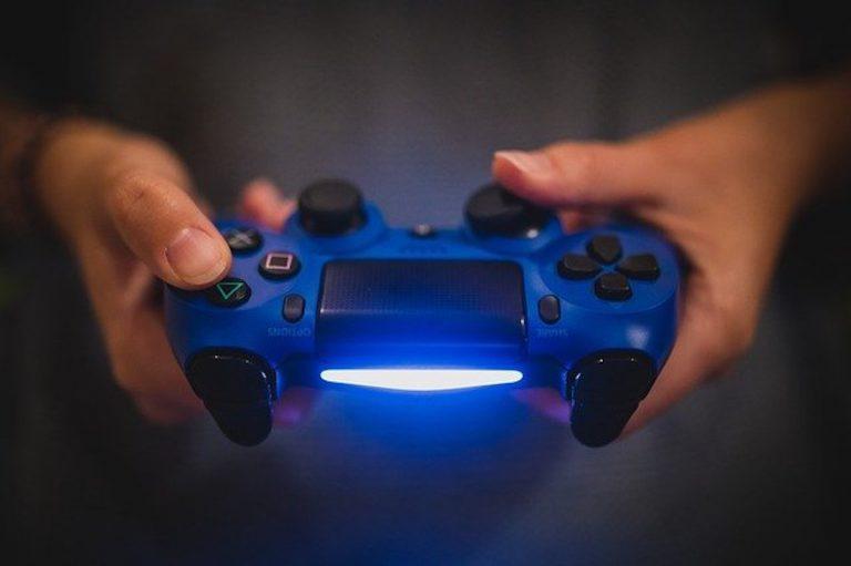 PS4の泣ける&感動するゲームソフトをプレイするイメージ