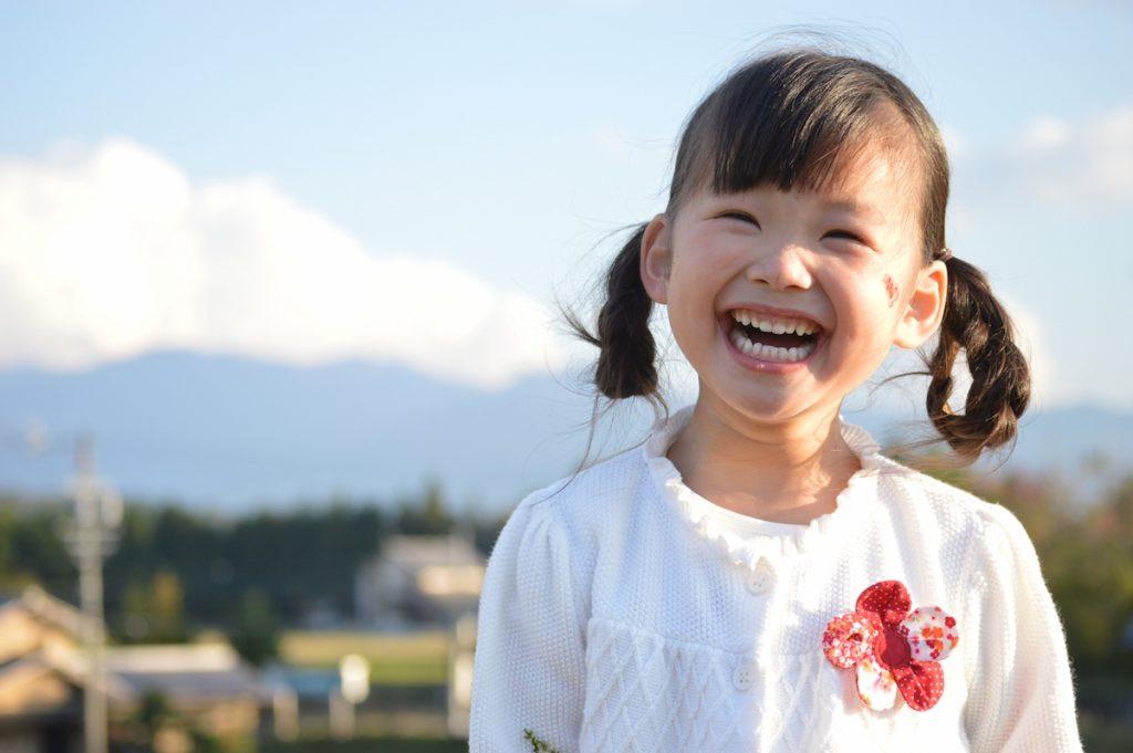 明るいニュースで笑顔の女の子イメージ