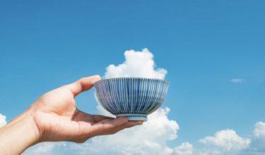 これは美味しそう…! 大きな雲の前でお茶碗を持ったら、大盛りご飯がよそわれた