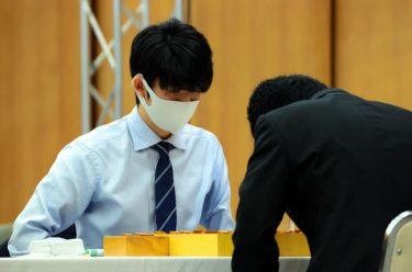 藤井聡太二冠 天敵・豊島竜王を初撃破「過去の成績は忘れて一生懸命指そうと」