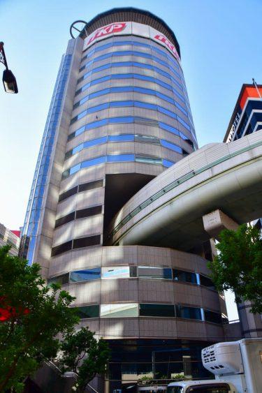 未来都市先取り!大阪の珍光景スポット「高速が突き抜けるビル」…できた経緯、建物の構造もびっくりです