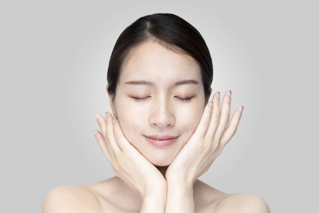 アンチエイジング化粧品を使用している女性のイメージ