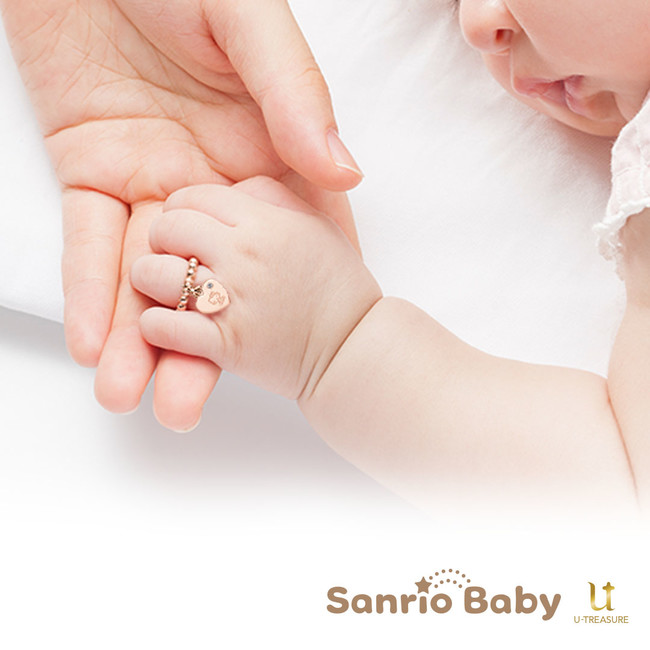 赤ちゃんがサンリオベビーのベビビーリングを付けているイメージ