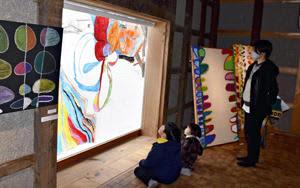 色彩豊かな作品で魅了 土屋さん初個展、猪苗代・はじまりの美術館