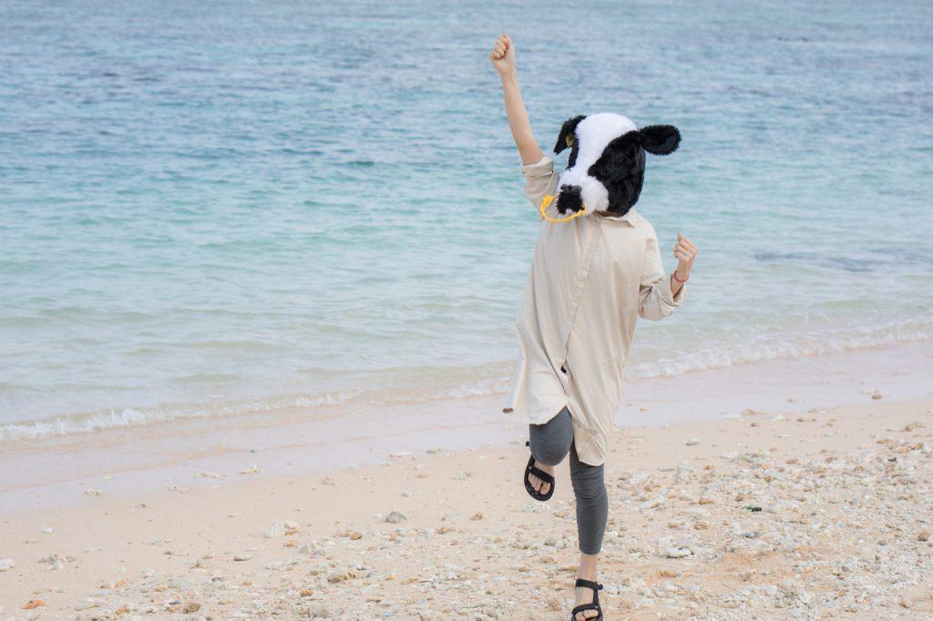 海辺ではしゃぐ幸せな人のイメージ