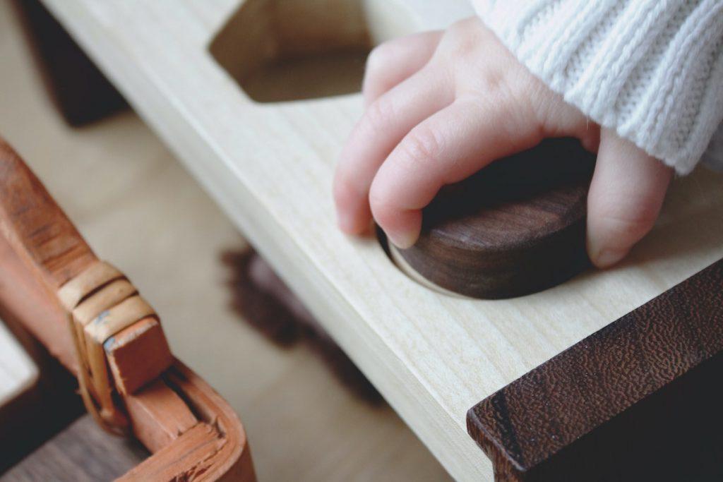 モンテッソーリおもちゃ(教具)で遊ぶ子どものイメージ
