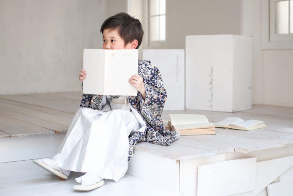子どもと触れ合う写真スタジオのバイトイメージ