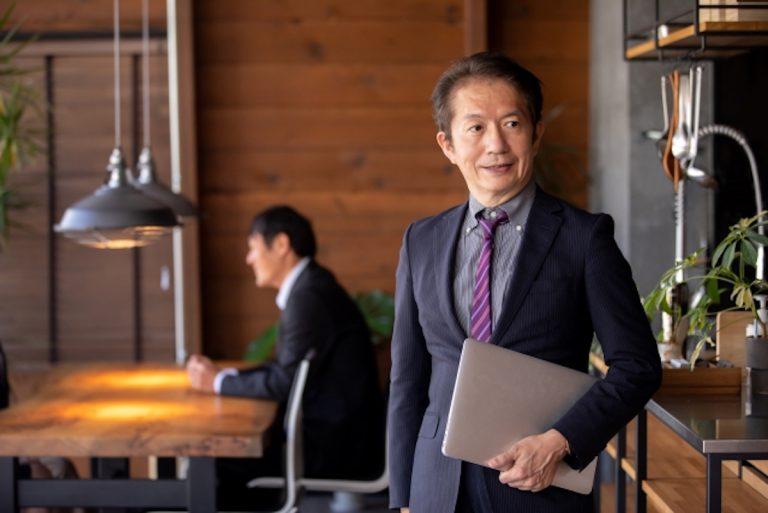 明るく前向きな経営方針で功績をおさめた飲食業界の敏腕の社長・経営者のイメージ