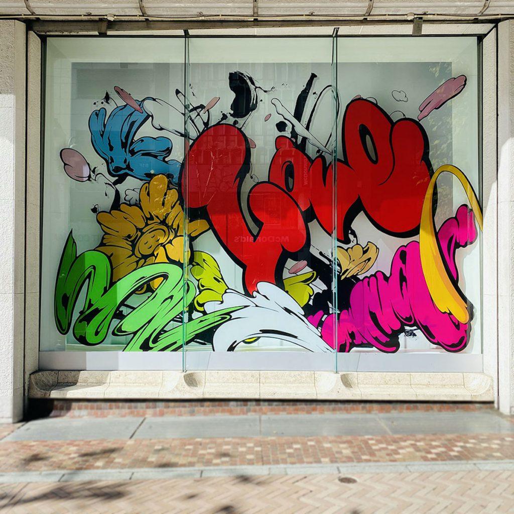 西武渋谷店A館1階ウインドーに描かれたSHUN SUDOのボタンフラワー寄り写真