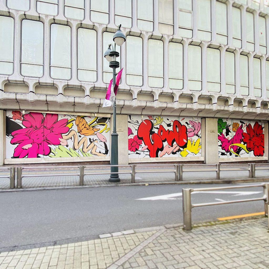 西武渋谷店B館1階=井の頭通ガラス面に描かれたSHUN SUDOのボタンフラワー