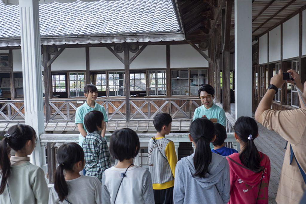 林間学校の生徒に説明する課長の佐々木