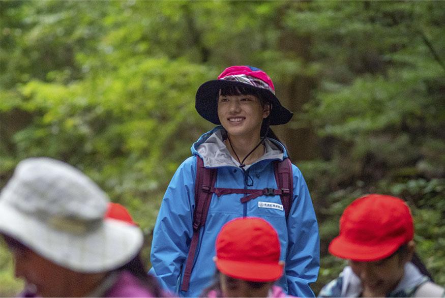 林間学校で生徒たちを見守るモネ