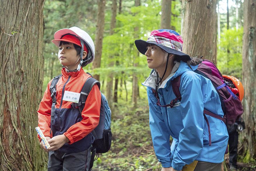 林間学校に来た子どもを見守るモネ