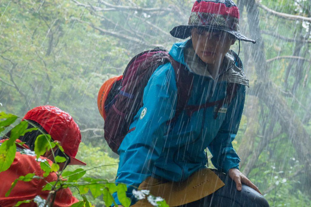 雷雨の中圭輔と一緒にいるモネ