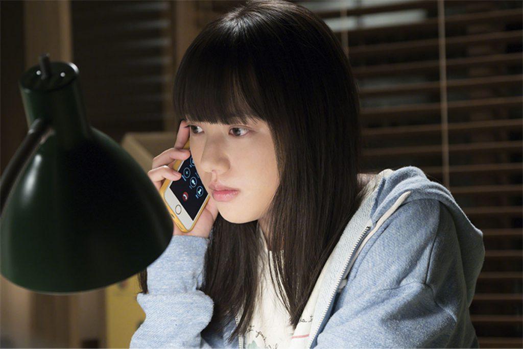 朝岡と電話をするモネ