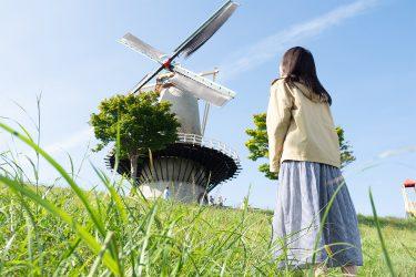 風車を見上げるモネ