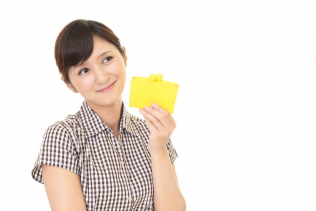 お財布を持つ女性のイメージ