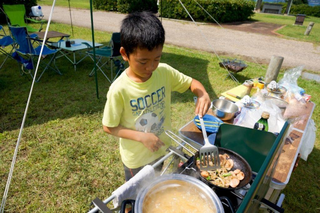 おうちで庭キャンプを楽しむ子ども