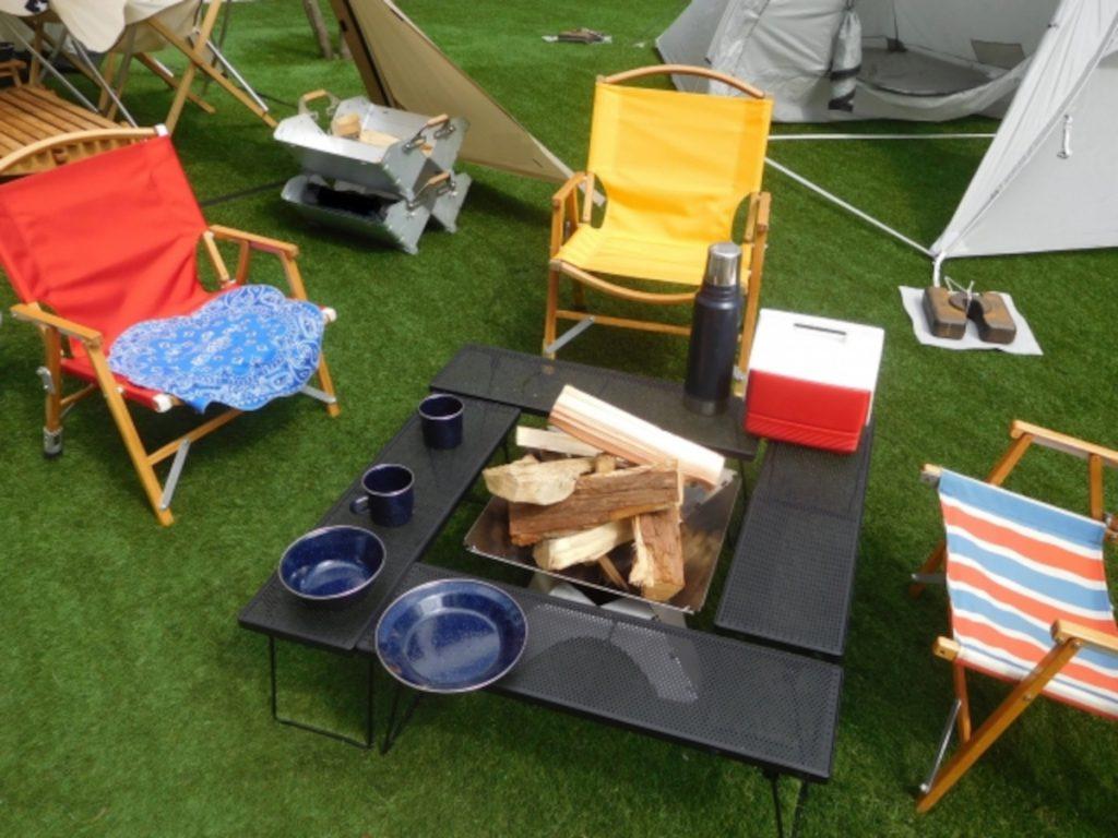 キャンプチェアとテーブルのイメージ