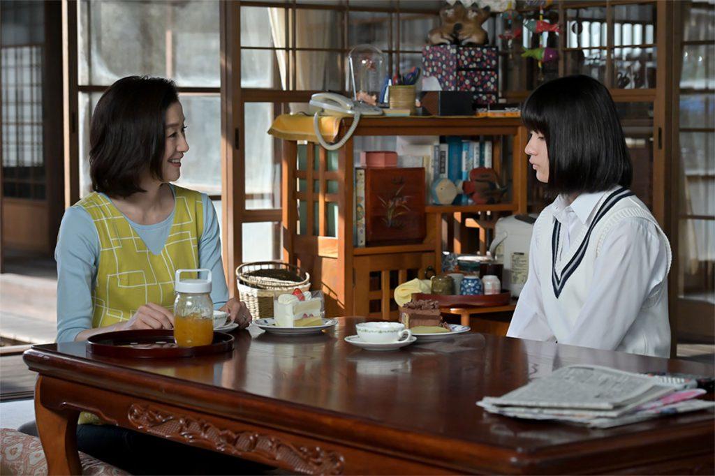 母の亜哉子と話す妹の永浦未知
