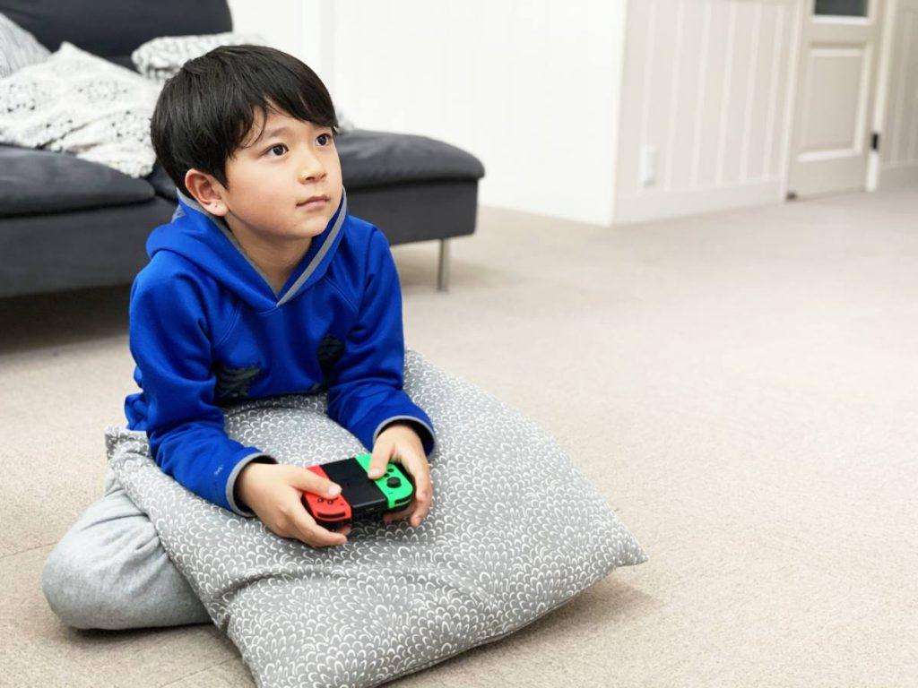 ゲームをする子どものイメージ
