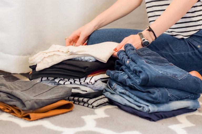 服の捨て方を徹底調査|燃えるゴミでいいの?意外と知らない処分方法から活用したいフリマアプリ・衣類回収ボックスまとめ