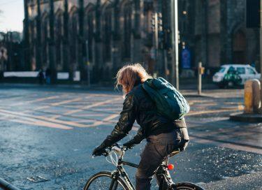 自転車通勤の服装選びのポイントは?ユニクロ・ワークマンなど各ブランドのおしゃれアイテムに注目
