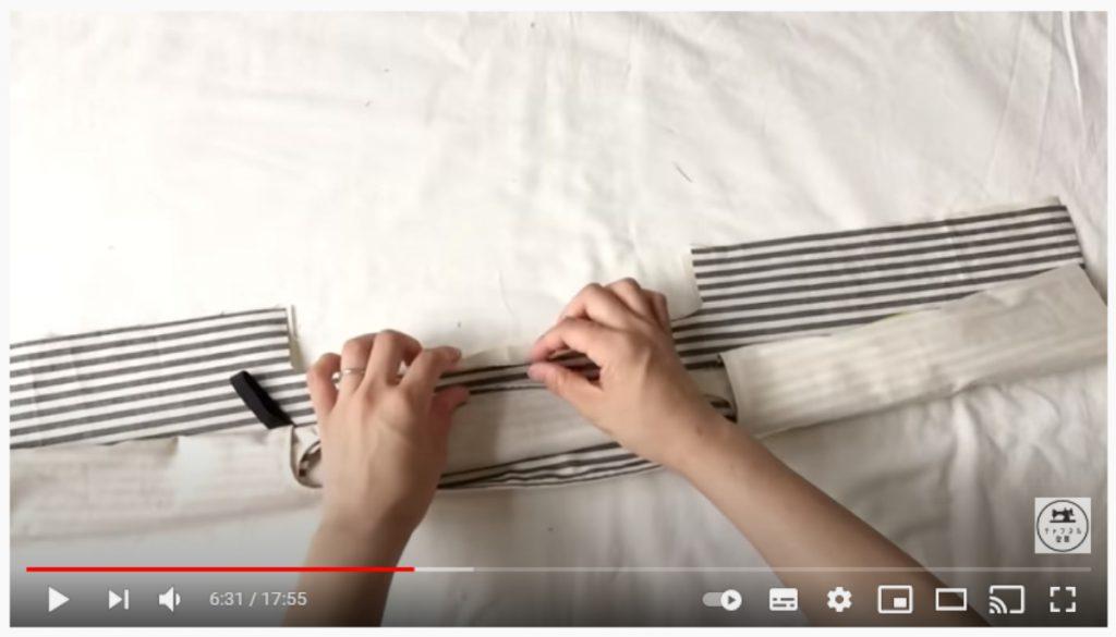手順8.持ち手の反対側を細く巻き、表地と裏地の間に入れたら、外側の持ち手を中表に合わせます。_1
