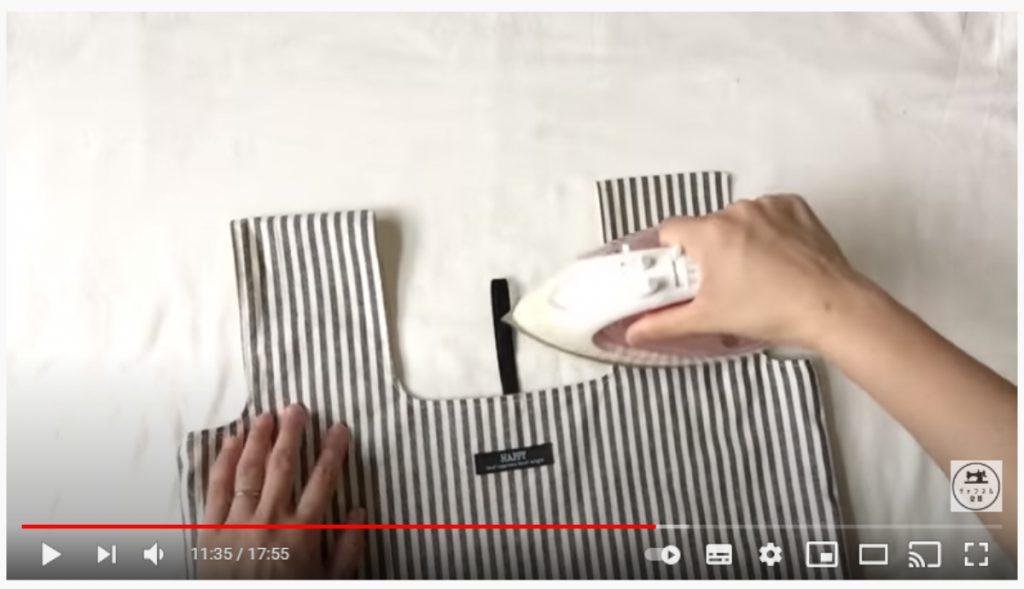 手順17.持ち手の真ん中にアイロンで折り線をつけ、半分の細さになるよう折ります。_1