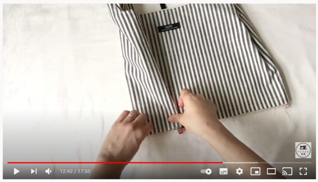 手順19.底部分の表地と裏地を合わせてピン止めし、両端から10cmのところに印をつけ、真ん中に向かって折って固定します。_3