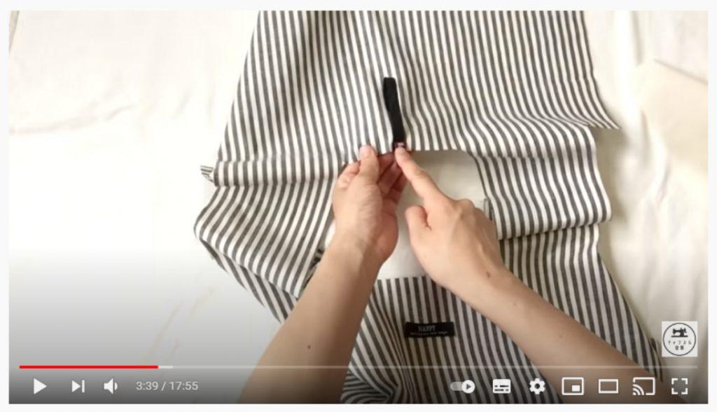 手順2.バッグの中心となる部分に輪っかにしたゴムを0.5cmの縫い代で縫い付けます。_1