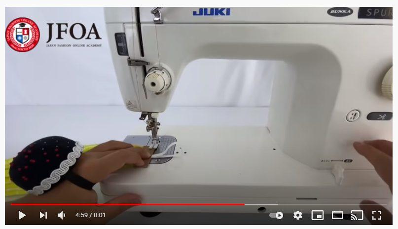 手順10.15cmのゴムを半分に折り、テープにはさみこみ、縫い合わせます。_1