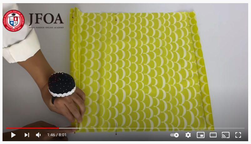 手順3.縫った部分から中心に向かって2.5cm幅で蛇腹折りにします。