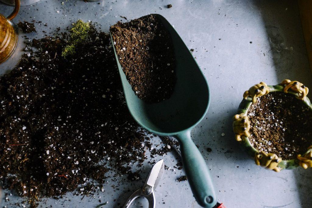 家庭菜園のスコップ